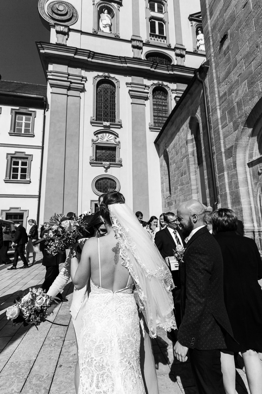 Hochzeitsfotografin Anastasia Vyatkina fotografiert Glueckwuensche nach der Trauung in Ellwangen