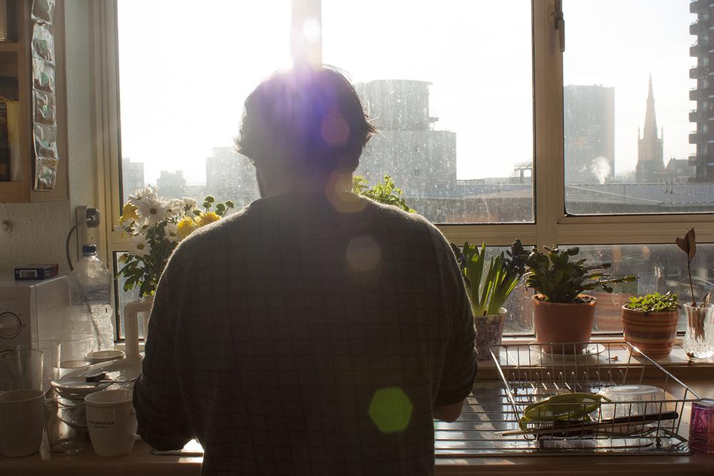 Rober fregando tras el desayuno de cara al sol. Enero de 2013.