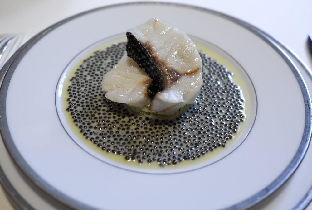 Escalopines de bar à l'émincé d'artichaut, nage au caviar golden