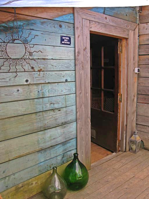 La Cabane du Monde Front Door.png