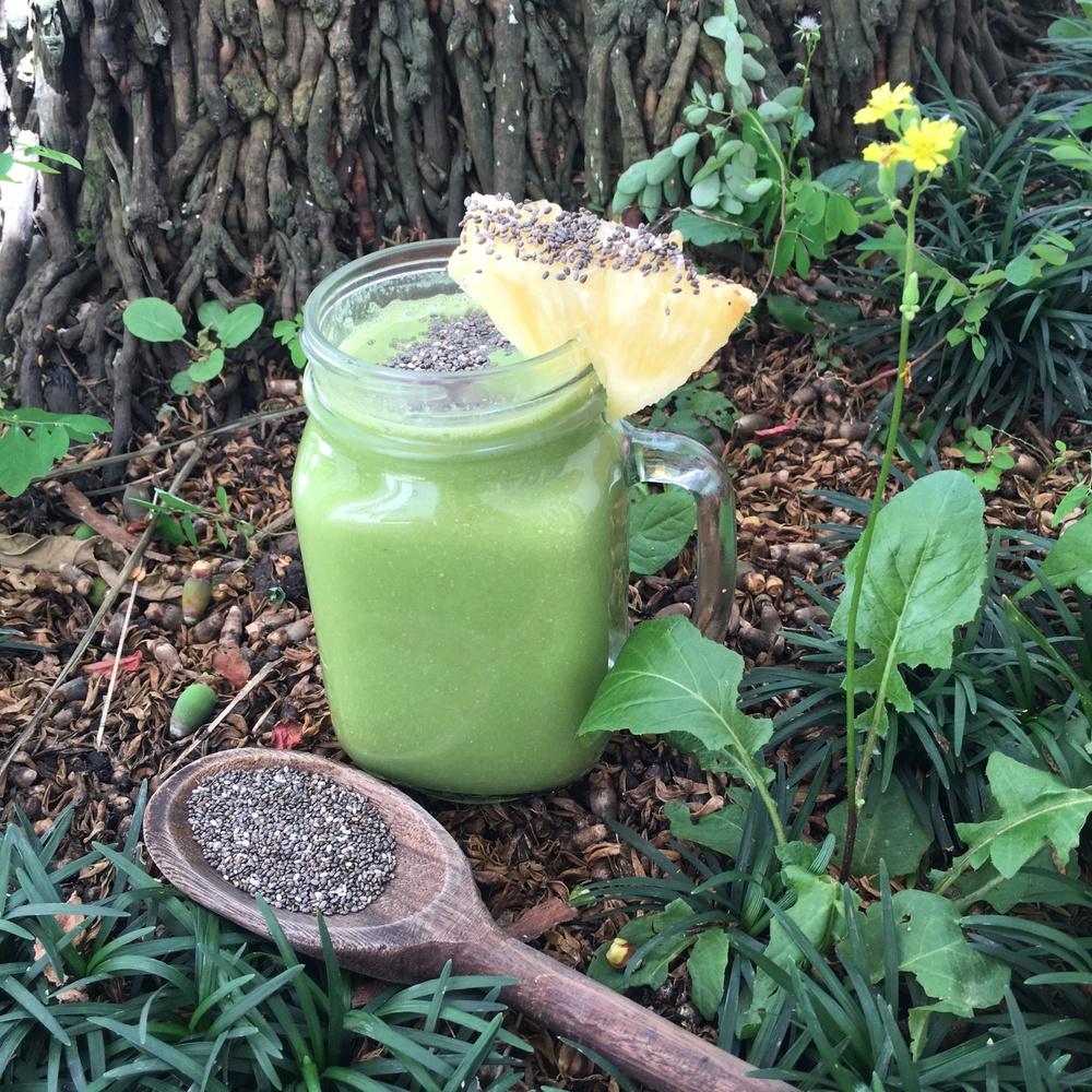 Suco de couve, abacaxi, gengibre, chia e água de coco.