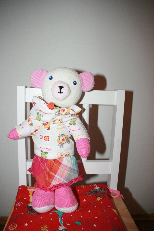 Clothes: sweatshirt (mikina), skirt, sleeveless shirt (triko bez rukávu)