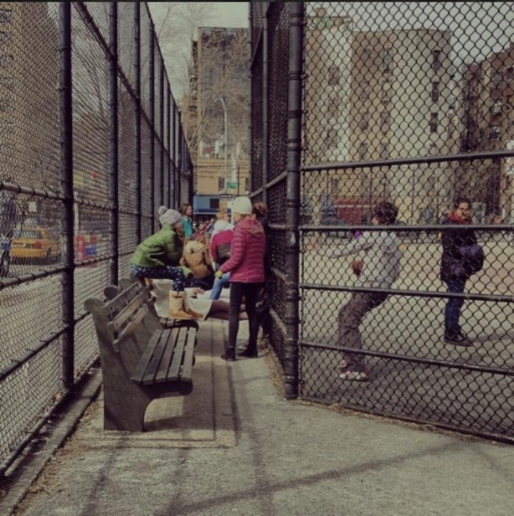 Ihrisko - klietka, chlapci na športovisku, dievčatá v medzerách, NYC (c)Milota Sidorová #mwalker