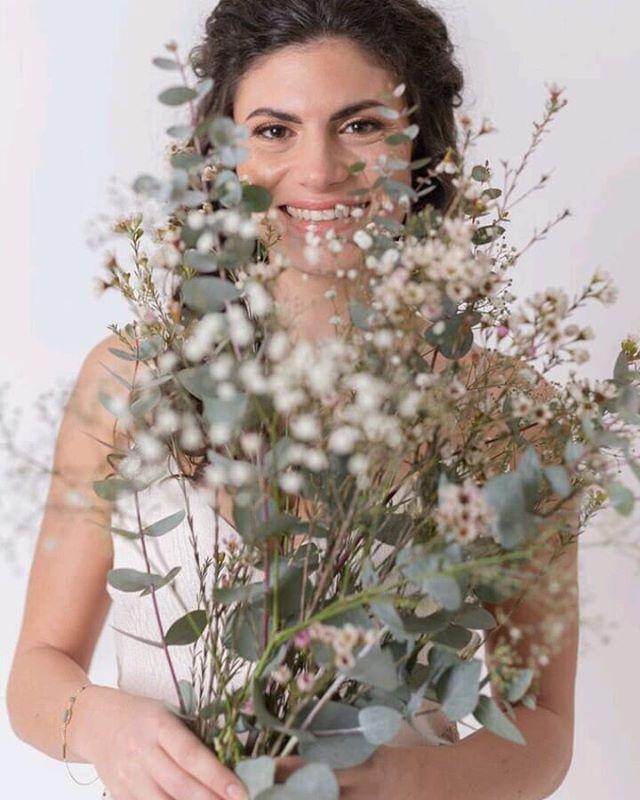 J'espère que sur tous les visages aujourd'hui un beau sourire comme celui-ci de @laure_az va apparaître 😍 Belle journée à toutes ♡♡♡ Je profite de cette journée de #8mars pour vous faire découvrir les premiers clichés pris par @lauren_lk lors du #shootingmariage avec @magalie.mua et en collaboration avec @ubcreation.mariage  #celebration #bigday #marieemoderne #instamariage #fiancailles #bride2be #weddingdress #love #amour #sinspirersemarier