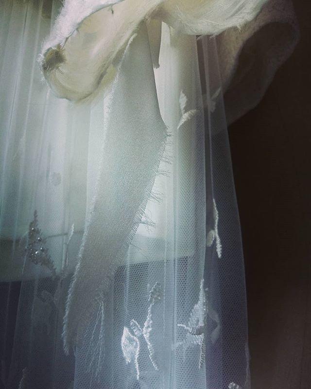 Avez-vous des moments où votre regard se fige l'instant d'un clin d'oeil ?  #capture #moment #detail #fabrics #fashion #luxury #couture #hautecouture #surmesure #savoirfaire #artisanat #mode #madeinfrance #creation #instamood
