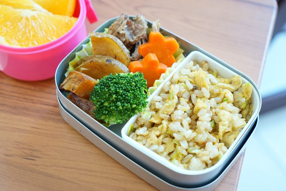 25th Monday  Roasted lamb,potato,steamed carrot,broccoli and fried rice.  Roasted lamb and potato are leftovers.