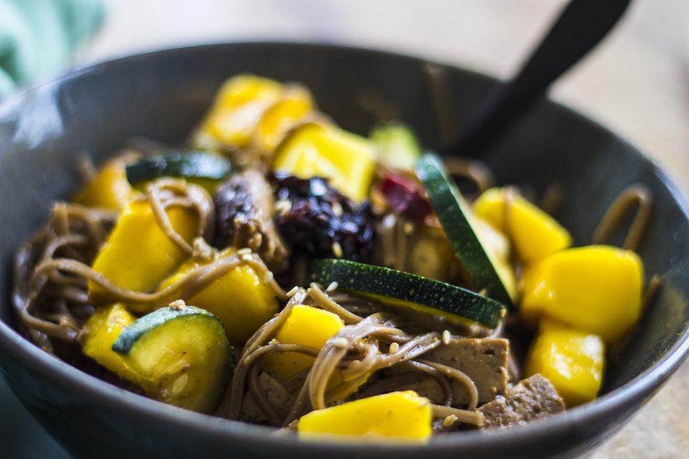 Soba noodles met tofu en mango
