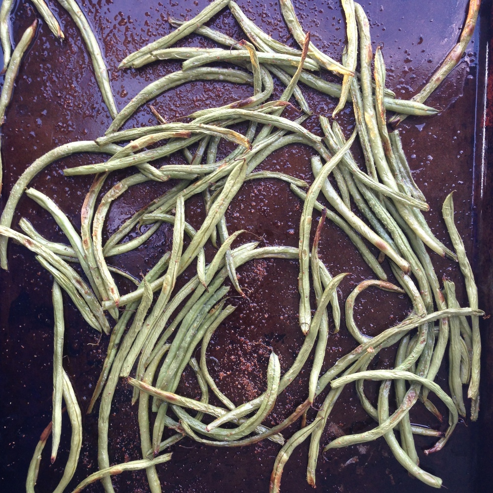 Wash and trim green bean. Then place on a baking sheet, drizzle with olive oil and 2 teaspoons of garlic powder. Roast for 13 - 15 minutes at 425 degrees F.