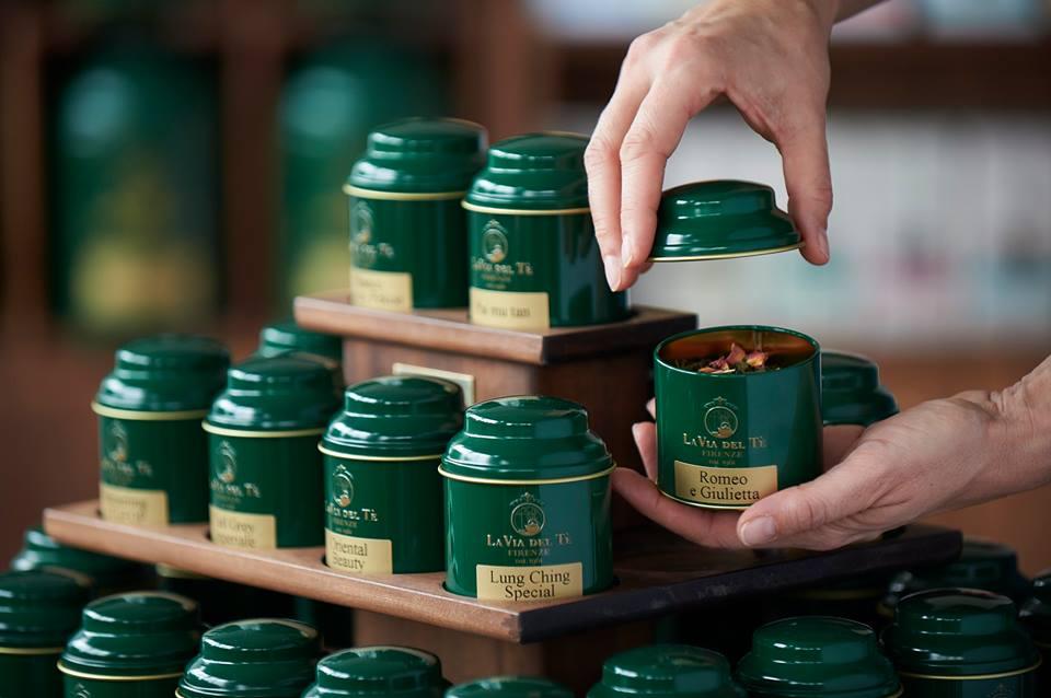 PRISTATOME ARBATŲ NAMUS LA VIA DEL TE - Arbatos namai La Via del Tè įkurti Florencijoje 1961 metais, charizmatiško keliautojo Alfredo Carrai. Reikia pripažinti, jog reikėjo nemažai drąsos priimti šį iššukį - pradėti dalintis arbatos kultūra Italijoje, šalyje, kuri tuo metu šio gėrimo beveik nežinojo. Nepaisant jo jauno amžiaus, žinių troškimas vedė į tolimas šalis, rečiausių arbatų bei geriausio derliaus paieškas.