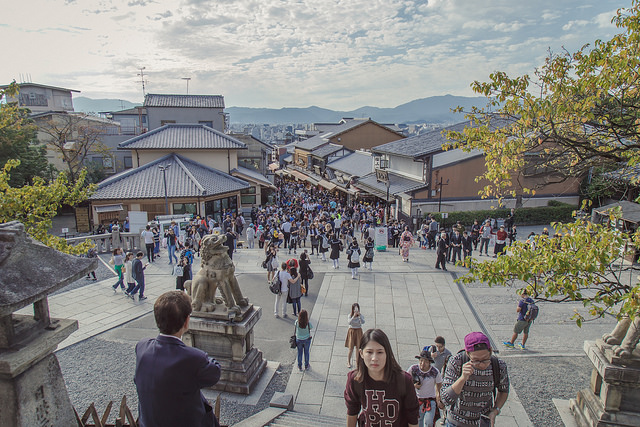 Many tourists visiting the Kiyomizu-dera temple in 2015. Photo by Flickr@John Gillespie