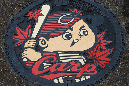 The cute manhole in Hiroshima portrays the logo of its professional baseball team, the Hiroshima Toyo Carp.「Photo by: Flickr@midorisyu」