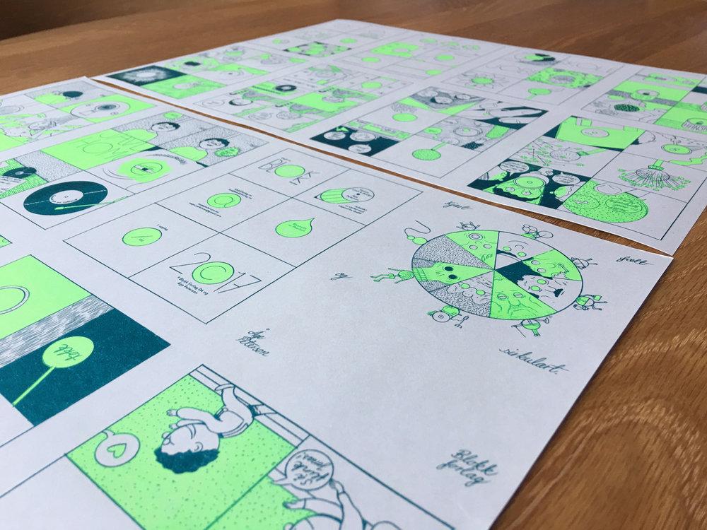 Print før bretting, stifting og kutting. Hele tegneserien er printet på begge sider av ett enkelt A3 ark. Jeg separerte de to individuelle fargene og fordelte dem på A3 flatene i et bestemt system, slik at alle sider til slutt skulle bli riktig vei relative til hverandre og ikke minst i kronologisk rekkefølge etter bretting. Dette oppnår man ganske enkelt ved å lage en brettet mockup i forkant, skrive på sidetall, brette ut igjen og bruke som mal.På en slik måte var det kun nødvendig å brette hvert ark tre ganger før stift og kutting av kanter. Avrundede hjørner klippet jeg med en giljotin-saks.