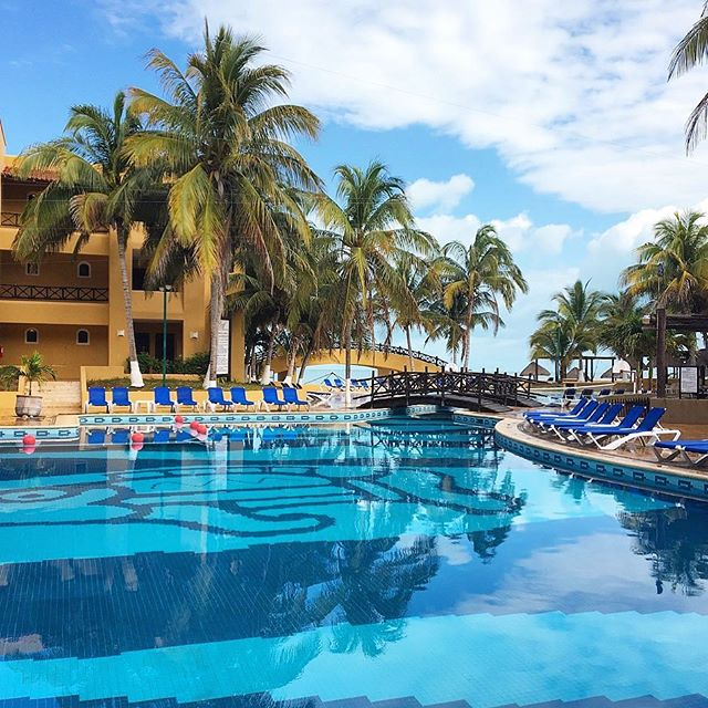 Keep calm and just keep swimming 🏊‍♀️ #swimming #pool #mexico #yucatan #familytrip #justkeepswimming #resort #relaxing #travelpics #travelphotography #gulfofmexico #palmtrees #vacaytime #blueskies #cbigrock