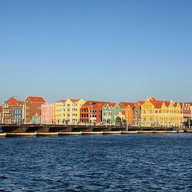 Willemstad, Curaçao 🇨🇼 #Willemstad #curacao #netherlandsantilles #caribbean #islandlife #queenemmabridge #wanderlust #cbigrock #roam #familytrip #marchbreak #beautifulview #islandlife #explore #travelphotography #travel #wonder #colourful #abcislands