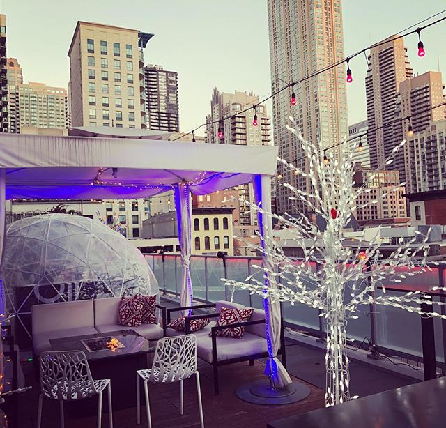 Chicago winters are some of the coldest in the country...however staying warm at these cozy rooftop capsules makes up for it. The views are certainly stunning #chicagorooftops #chicagowinter #chicagoevents #eventplanner #godfreyhotel