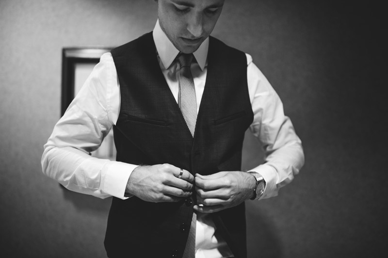 lakewood ranch wedding: groom buttoning vest