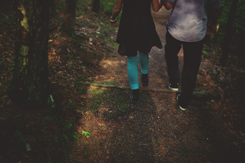 red river gorge wedding: walking down a trail