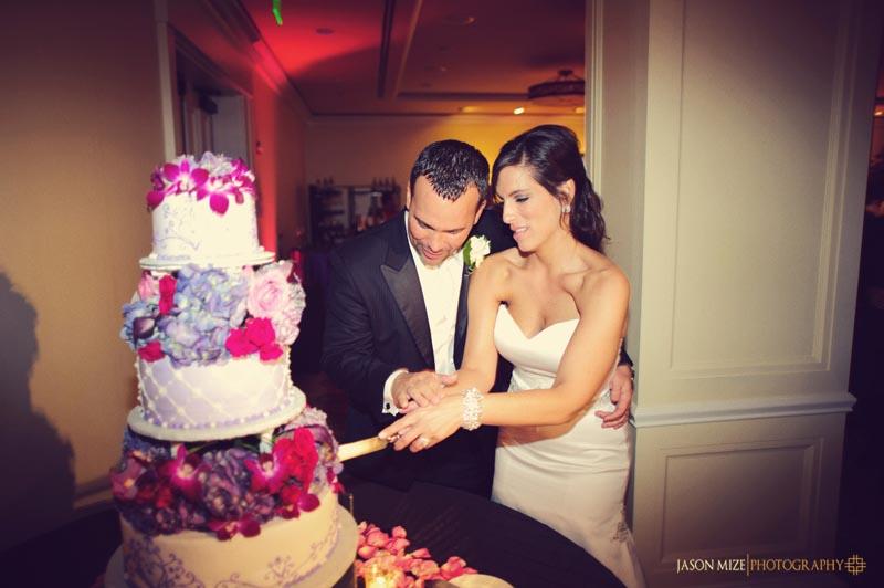 sandpearl wedding: bride and groom cake cutting