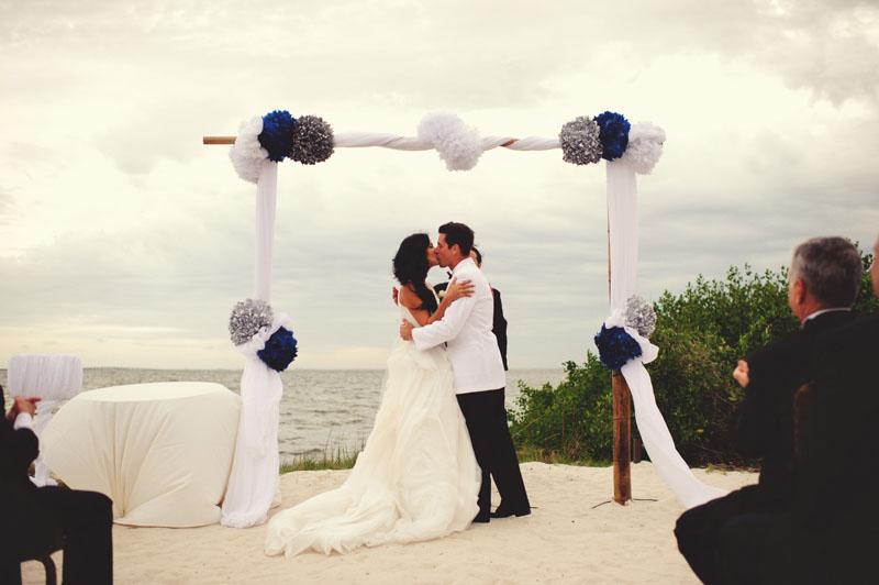 grand hyatt tampa bay wedding: first kiss