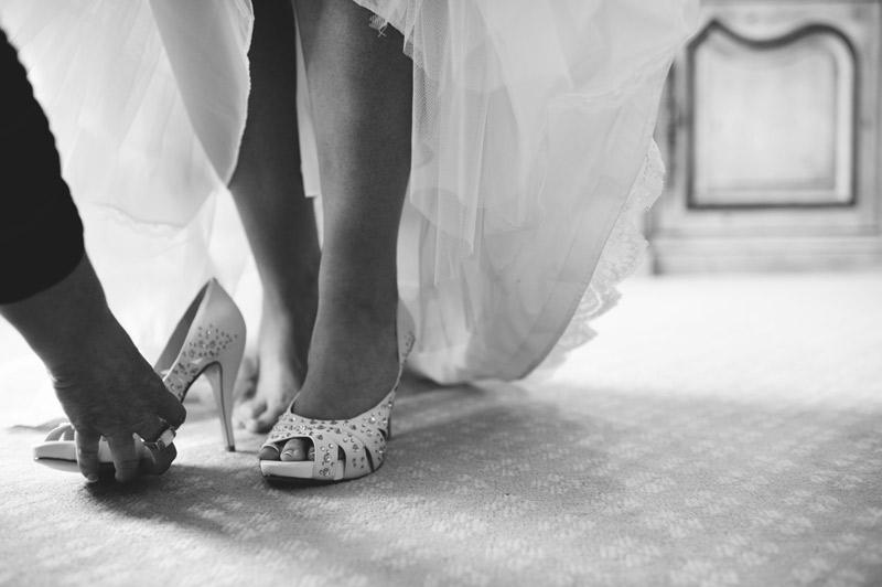 lakewood ranch wedding: putting on shoes