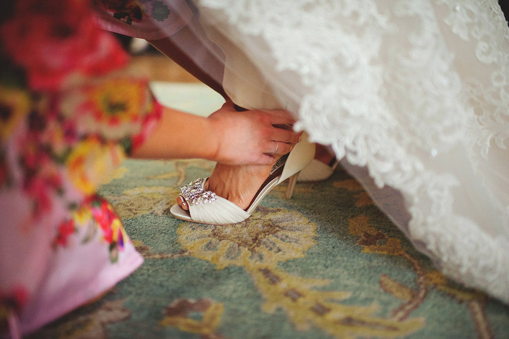 Harper Fowlkes House wedding: putting on shoes