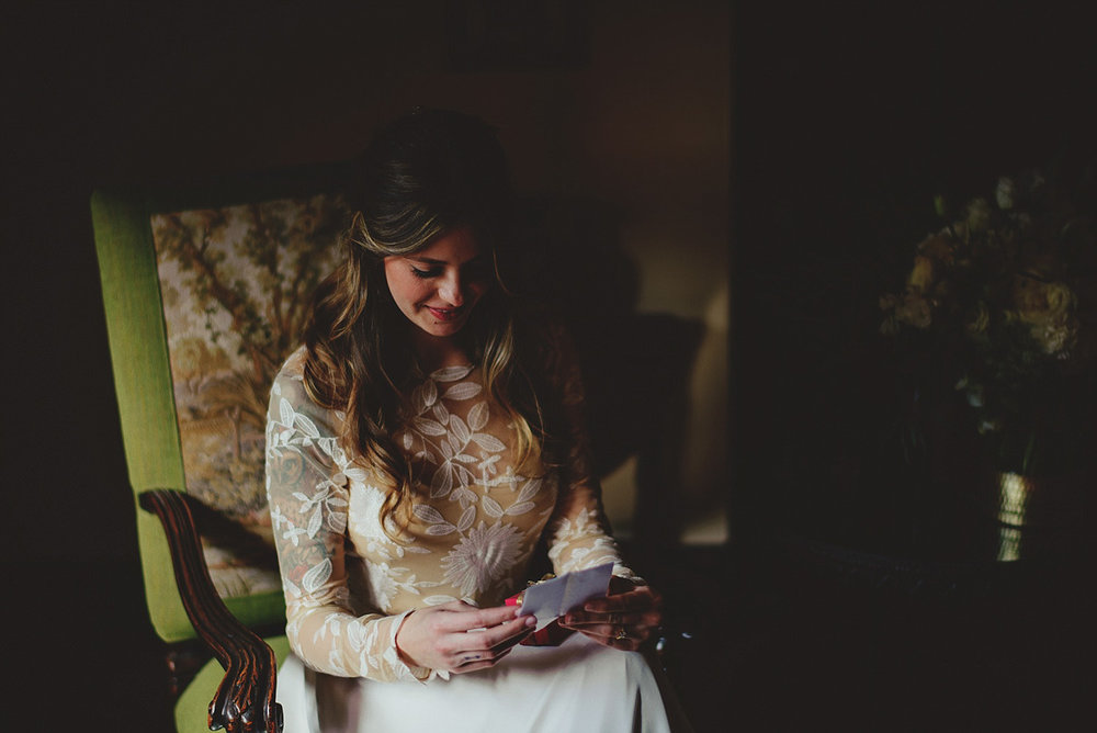 casa feliz wedding photos: bride reading letter