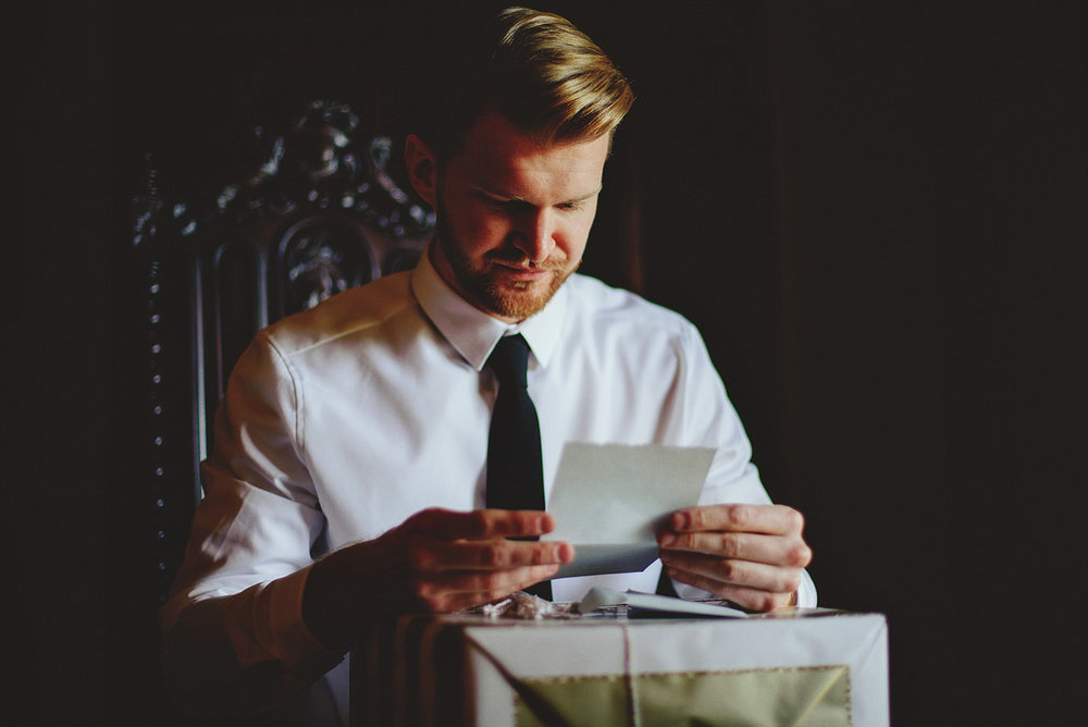 casa feliz wedding photos: groom reading letter
