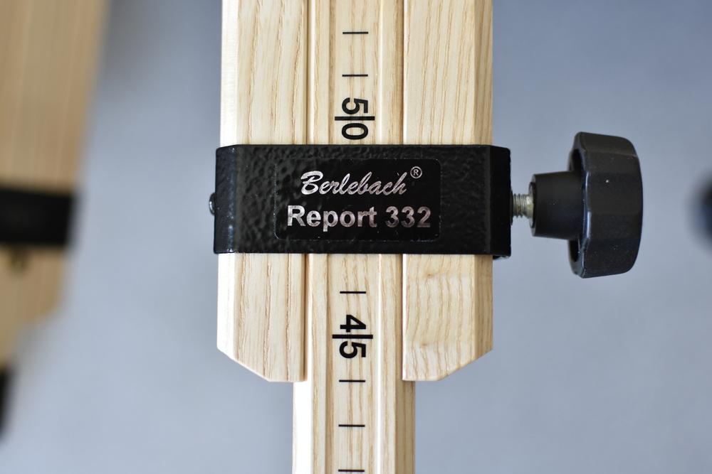 An den Beinen des Berlebach Statives ist eine Zentimeterskala angebracht.