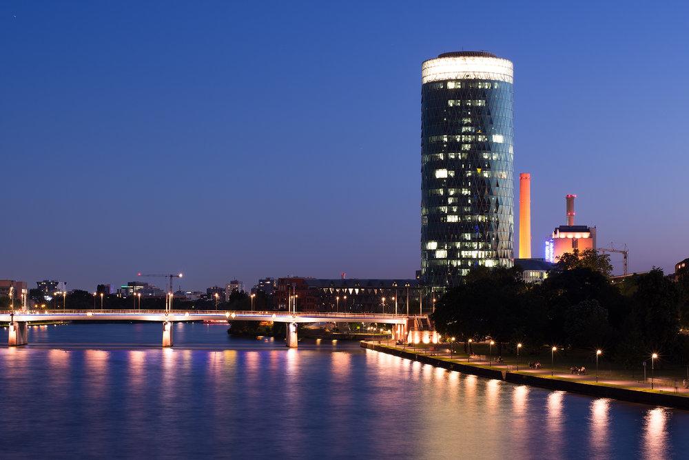 Blaue stunde am Main mit dem Westhafen-Tower im rechten Drittel. Ein gerade ausgerichteter Horizont ist übrigens mithilfe der digitalen Wasserwaagen Funktion der Kamera einfach zu realisieren.