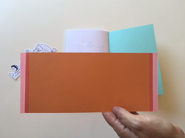 Para fazer uma bolsa para guardar as peças, recorte um retângulo com a mesa altura da capa
