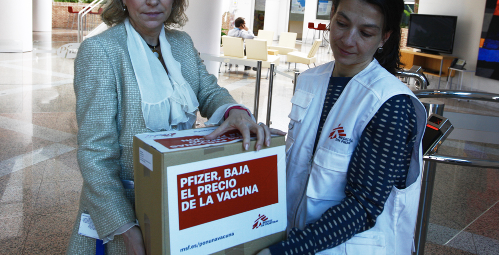 Doctors Without Borders delivers petition signatures to Pfizer/GSK in Madrid.
