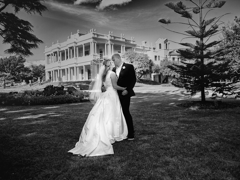 Wedding couple kissing in Melbourne gardens