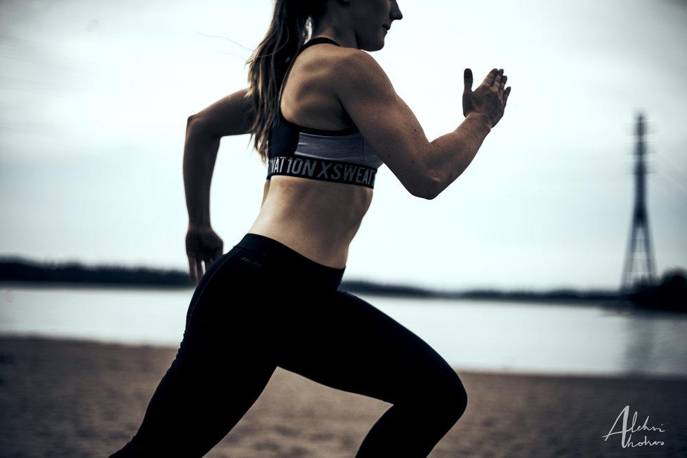 4. Tee sprinttejä hiekassa 10 x 10s minuutin tai puolen palautuksilla. Tämä on varsinainen treeniosuus. Keskity pakaran aktivoitumiseen, hengitykseen ja siihen, että sprintti on räjähtävä alusta loppuun. Älä säästele.