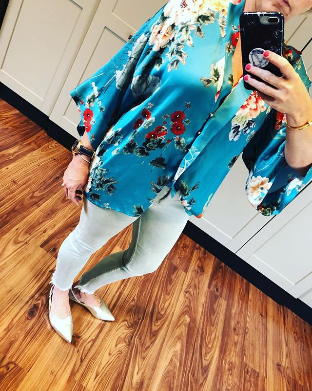 It's been a long time since I have done a post! Holidays and settling in to 2018.... happy new year to all of you! Found this gorgeous botanical print blouse @zara jeans @zara and shoes @witcheryfashion . What colour bag should I wear with this? #botanicalprint #silk #denim #metallicshoes #fashion #laudayimage
