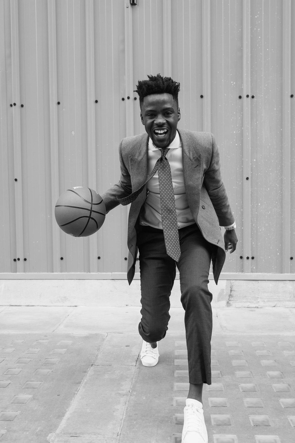 Javanandre-dribbling-basketball-whilst-wearing-suit-on-oxford-st