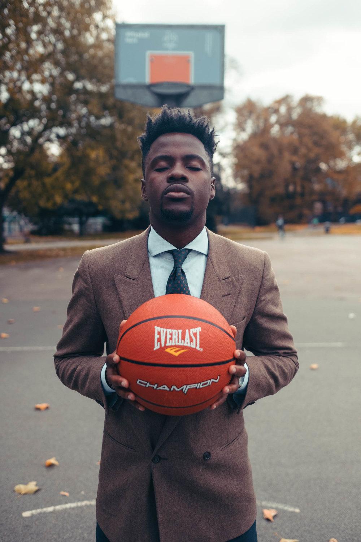 javanandre holding-everlast-basketball