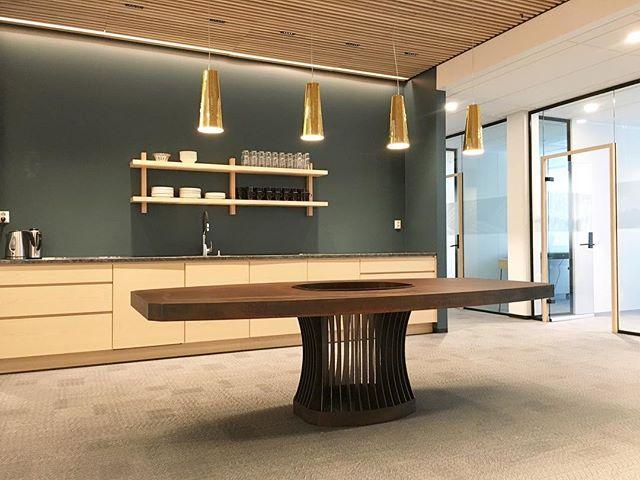 I sine nye, flotte lokaler ønsket @feiringbruk seg et møtebord som skulle gi assosiasjoner til en slegge, ha muligheten for beplantning på midten og var i 100% cortenstål. Vi tegnet ut noen forslag, og dette ble altså resultatet. Det er alltid gøy når kunder kommer med utfordringer som er både konkrete og åpne på samme tid.