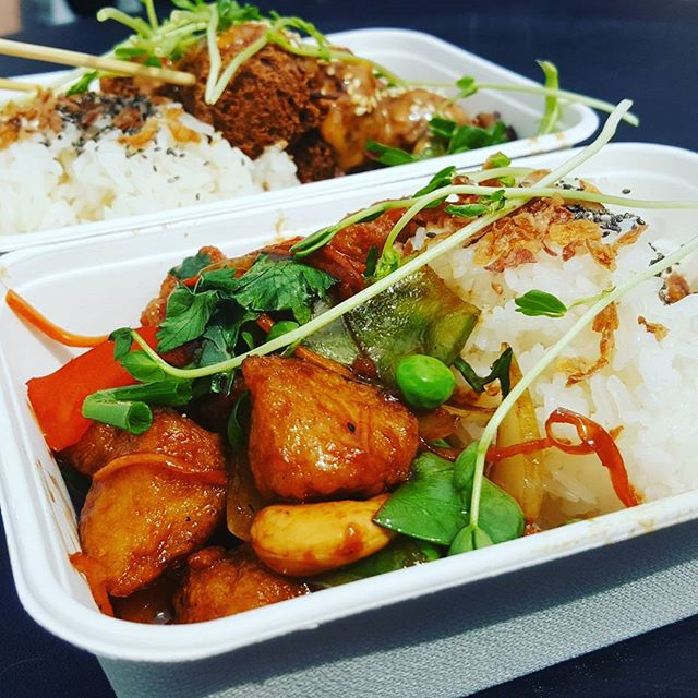 Absolutely delicious cashew nut and satay meals from @plantbasedeatery yesterday at @aliveplantbasedfestival. Followed by yummy treats from @clairescupcakes100.vegan and @theiceapothecary 🍩🍓