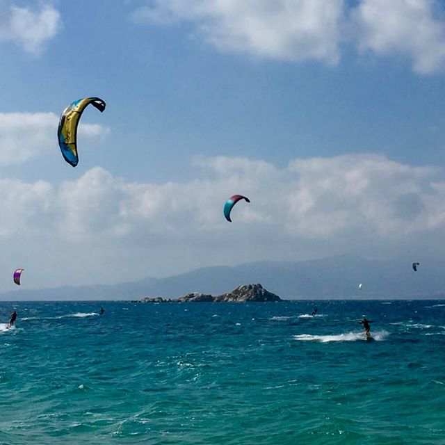 Nice sessions here in Naxos in Mikri Vigla.  Was most of the times lit up on my 9m with 30 knots.. Don't underestimate the venturi effect at this spot.  So good to be on the water.  My happy place.  #kitesurfing #kitegirls #kitesista #flysurferkiteboarding #naxos #greekisland #sunshinegirl #playtherapy #happyplace #sporttherapy #saltwatertherapy #saltwatergirl #boost