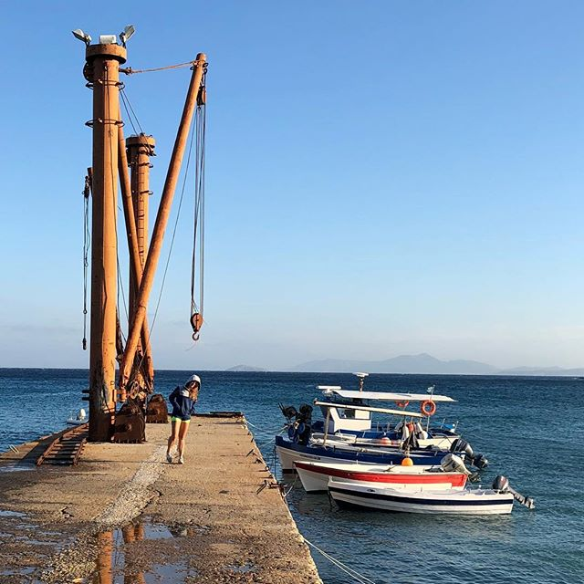 Exploring the south tip of Naxos. While the wind is pumping at the Kitebeach, only 10min in the south you can actually chill at the beach and have a wonderful swim without getting sandblasted 😅. Perfect for everyone.  At an old hotel ruin, you can even find a private beach.  This sleepy little harbor town connects right to the mountain roads.