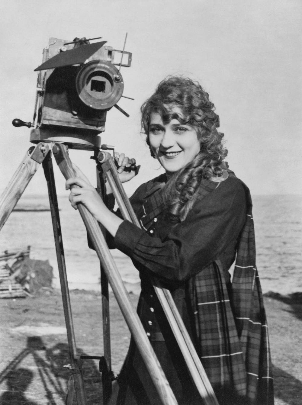Mary_Pickford_with_camera2.jpg