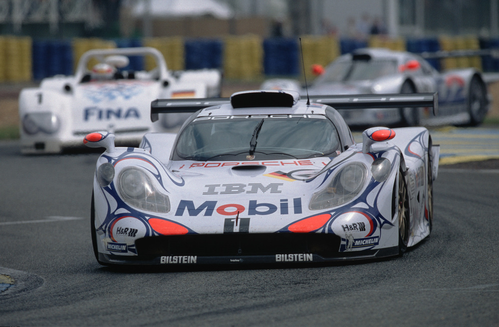 The 1998 911 GT1 piloted by Allan McNish, Stéphane Ortelli and Laurent Aïello
