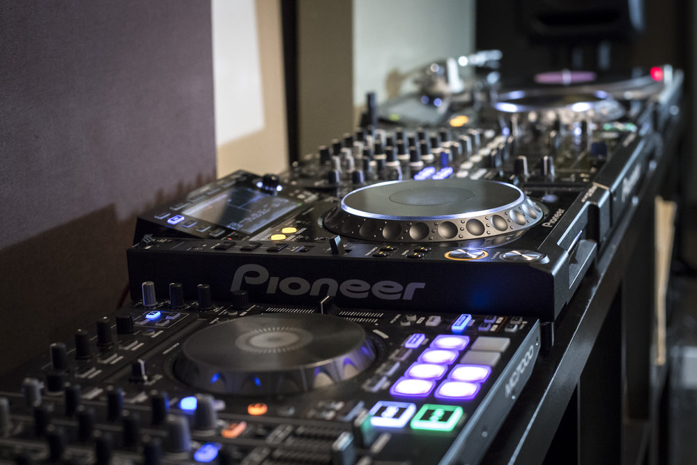 We teach lessons on all platforms: CDJS, DJ controllers, Turntables, Serato, Rekordbox, Traktor