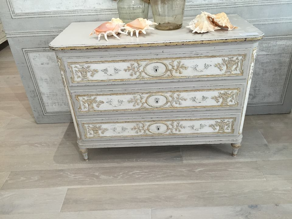 For those who love French designs and soft colors, this piece by Eloquence is quite the eye catcher.