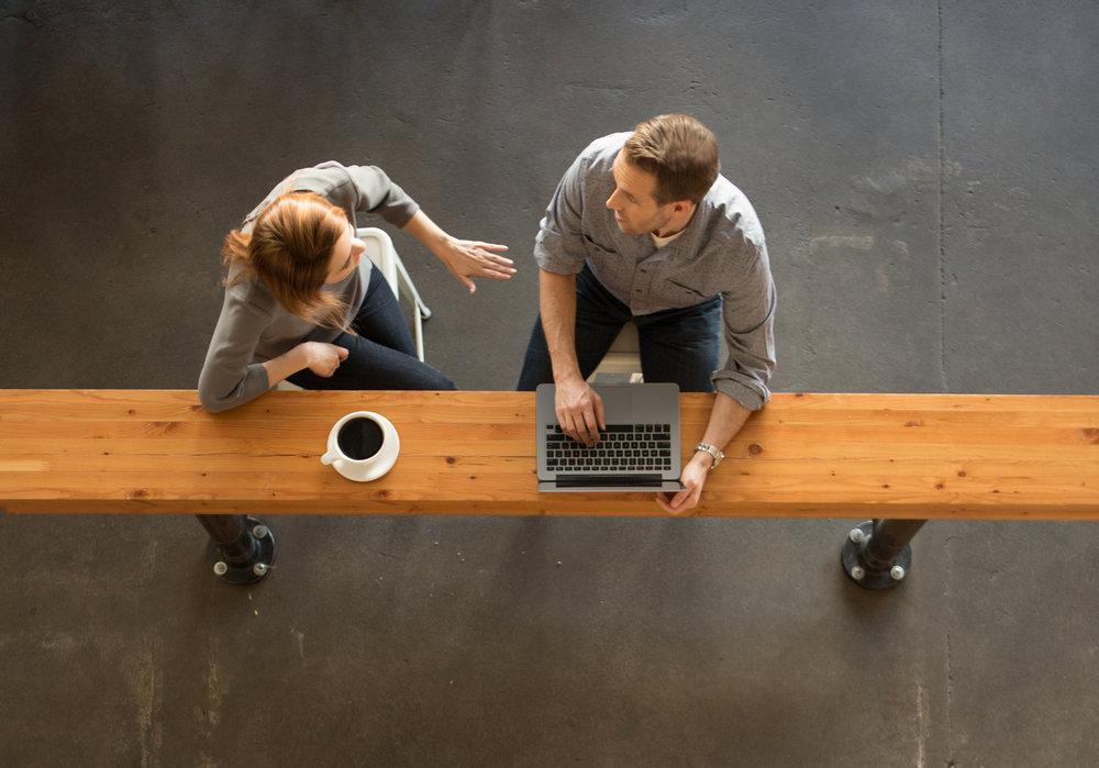Tous les espaces de travail sont possibles - bureau, maison, cafés et bien d'autres.