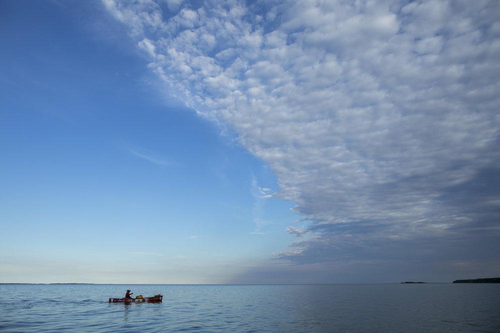Mike Ranta paddles near to Dauphin River on Lake Winnipeg, Manitoba. 20170711.  Photo/David Jackson