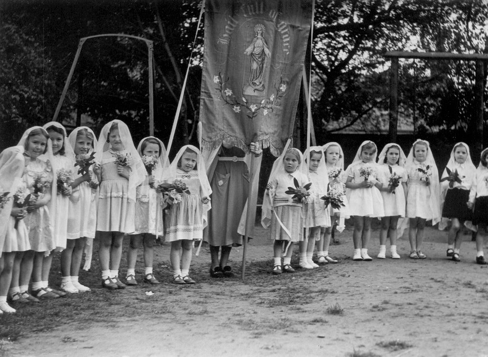 Flower girls after May Procession 1952 greyfriars.jpg