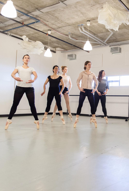 1 | Le corps  Améliore la force musculaire  Développe la souplesse et favorise l'allongement  Améliore la stabilité et l'équilibre  Permet une meilleure posture et plus de souffle  Travaille la capacité cardio-respiratoire