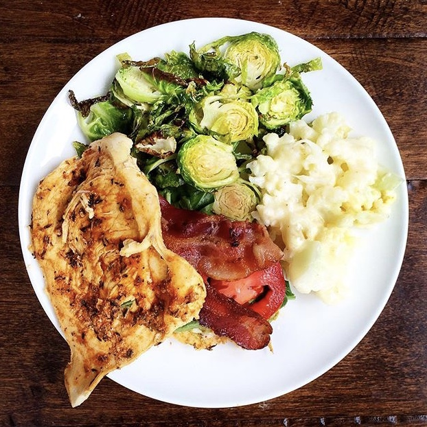 BLT chicken with cauliflower mac-n-cheese