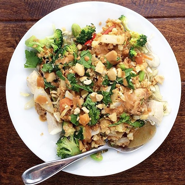 Stirfry with cauliflower rice and thai peanut sauce